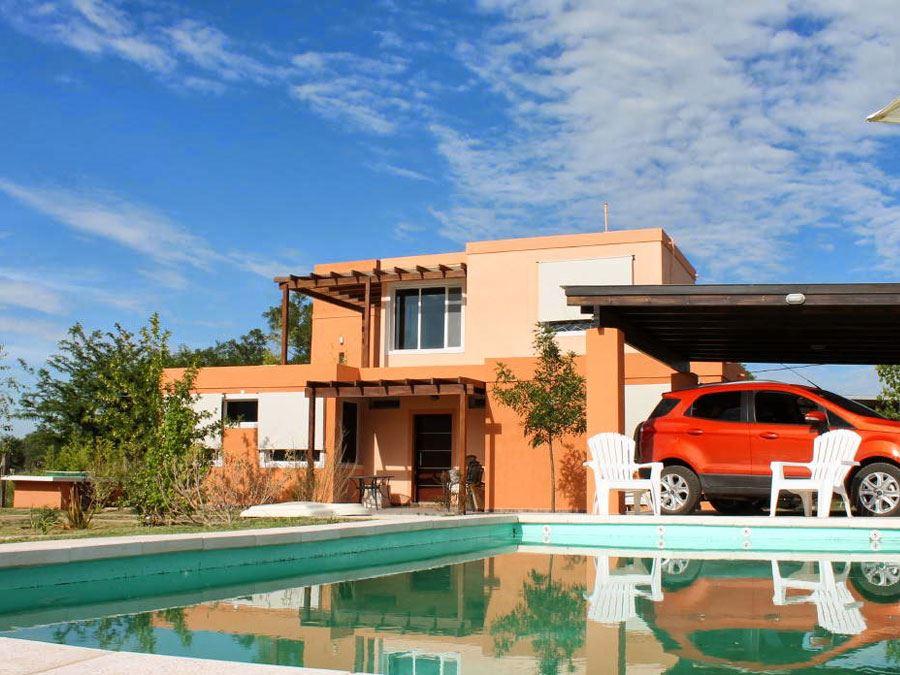 Casa junto al r o arroyo de los patos for Casa con piscina quebrada alvarado
